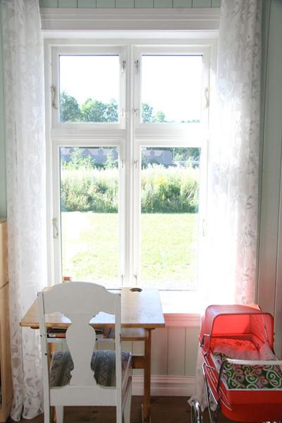 Có thể điều chỉnh ánh sáng trong ngôi nhà với chiếc rèm cửa màu trắng