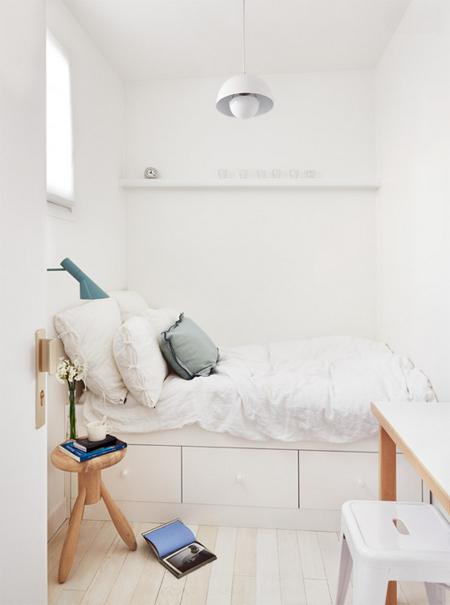 Phòng ngủ nhỏ nhưng vẫn có không gian khá nhiều do phối kết hợp màu sắc
